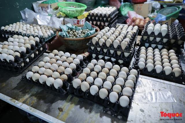 """Thực phẩm tươi tại chợ dân sinh Hà Nội bất ngờ tăng giá, Trứng gà hơn 5000đ vẫn """"cháy"""" hàng - Ảnh 2."""