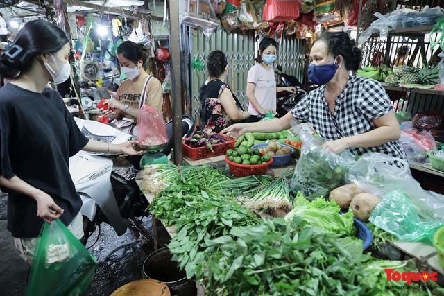 """Thực phẩm tươi tại chợ dân sinh Hà Nội bất ngờ tăng giá, Trứng gà hơn 5000đ vẫn """"cháy"""" hàng - Ảnh 1."""