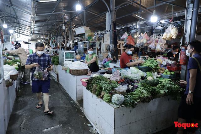 """Thực phẩm tươi tại chợ dân sinh Hà Nội bất ngờ tăng giá, Trứng gà hơn 5000đ vẫn """"cháy"""" hàng - Ảnh 5."""
