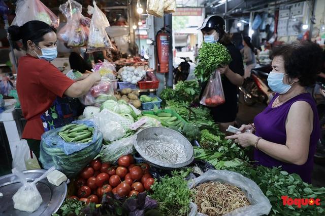 """Thực phẩm tươi tại chợ dân sinh Hà Nội bất ngờ tăng giá, Trứng gà hơn 5000đ vẫn """"cháy"""" hàng - Ảnh 6."""