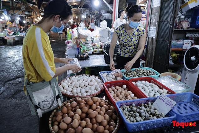 """Thực phẩm tươi tại chợ dân sinh Hà Nội bất ngờ tăng giá, Trứng gà hơn 5000đ vẫn """"cháy"""" hàng - Ảnh 7."""