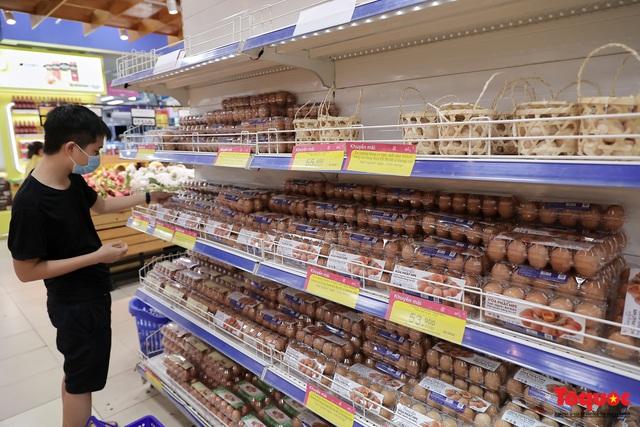 """Thực phẩm tươi tại chợ dân sinh Hà Nội bất ngờ tăng giá, Trứng gà hơn 5000đ vẫn """"cháy"""" hàng - Ảnh 9."""