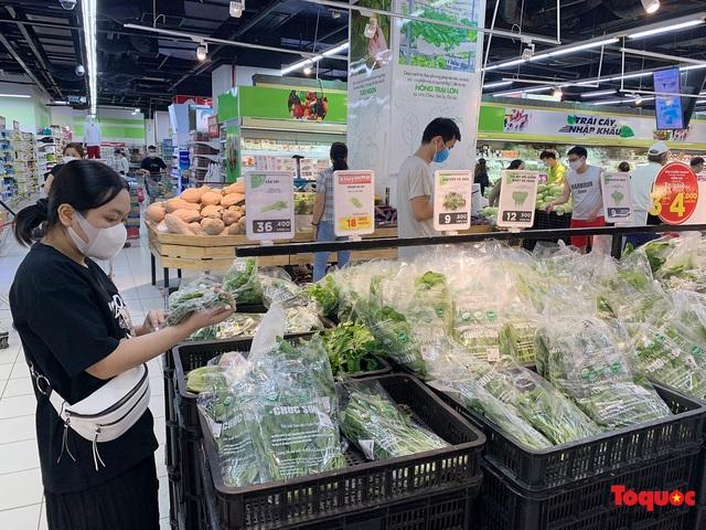"""Thực phẩm tươi tại chợ dân sinh Hà Nội bất ngờ tăng giá, Trứng gà hơn 5000đ vẫn """"cháy"""" hàng - Ảnh 11."""