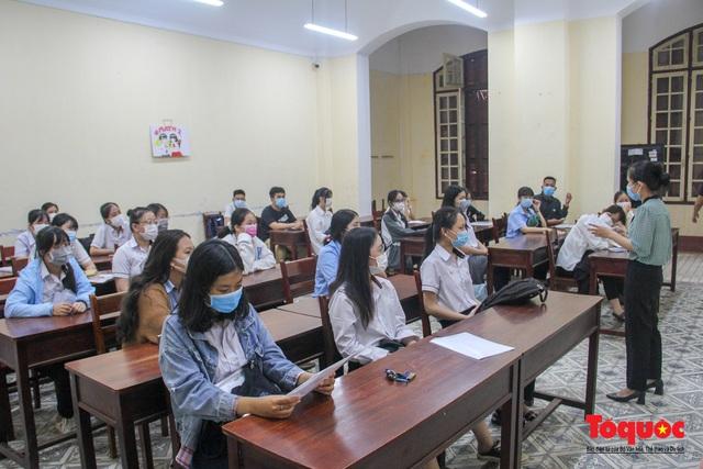 Hơn 11 nghìn thí sinh đến làm thủ tục dự thi tốt nghiệp THPT đợt 2 - Ảnh 1.