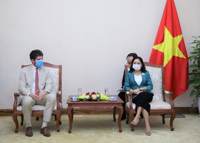 Trao tặng Kỷ niệm chương Vì sự nghiệp Văn hóa, Thể thao và Du lịch cho Trưởng Đại diện Văn phòng UNESCO tại Việt Nam - Ảnh 1.