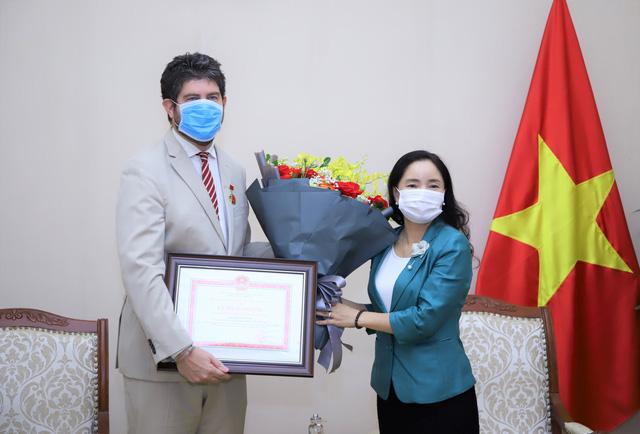 Trao tặng Kỷ niệm chương Vì sự nghiệp Văn hóa, Thể thao và Du lịch cho Trưởng Đại diện Văn phòng UNESCO tại Việt Nam - Ảnh 2.