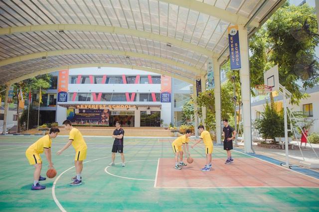 Trường phổ thông đào tạo bóng rổ chuyên sâu đầu tiên tại Hà Nội - Ảnh 1.