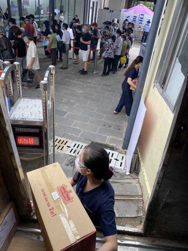 TNI King Coffee trao tặng gạo cho người dân vùng dịch và tiếp sức cho tuyến đầu chống dịch tại TP.HCM và Bình Dương - Ảnh 3.