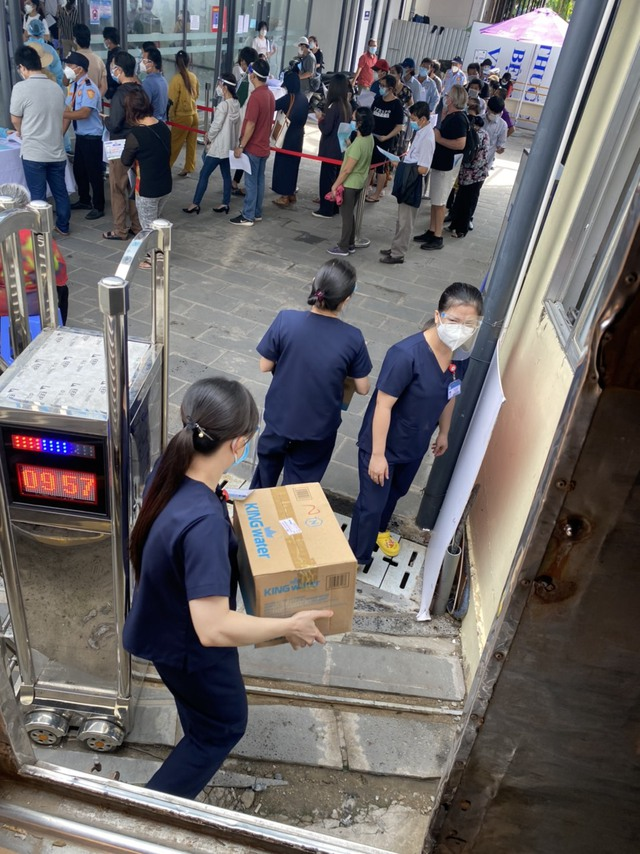 TNI King Coffee trao tặng gạo cho người dân vùng dịch và tiếp sức cho tuyến đầu chống dịch tại TP.HCM và Bình Dương - Ảnh 4.