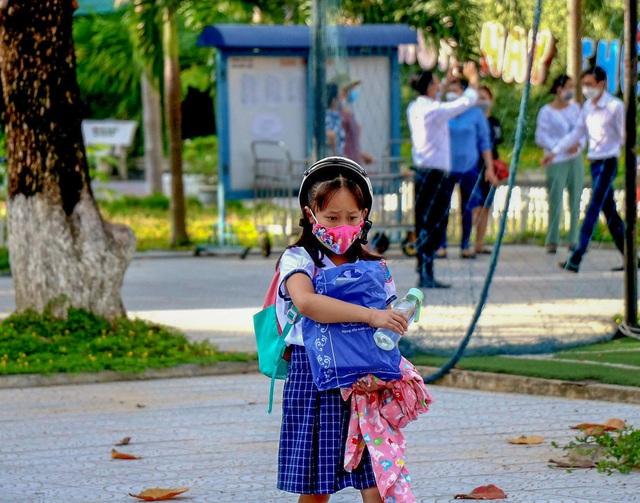 Học sinh ở vùng an toàn Thừa Thiên Huế trở lại trường học sau thời gian dài học online - Ảnh 8.