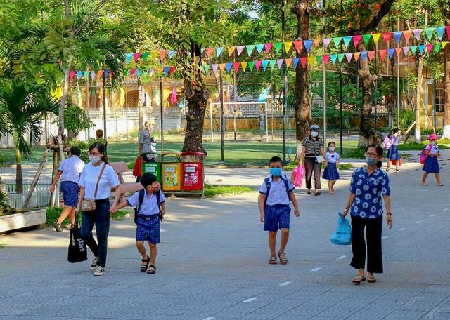 Học sinh ở vùng an toàn Thừa Thiên Huế trở lại trường học sau thời gian dài học online - Ảnh 4.