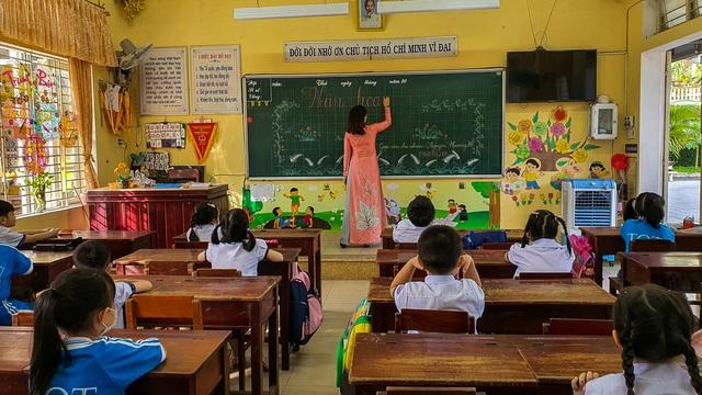 Học sinh ở vùng an toàn Thừa Thiên Huế trở lại trường học sau thời gian dài học online - Ảnh 14.