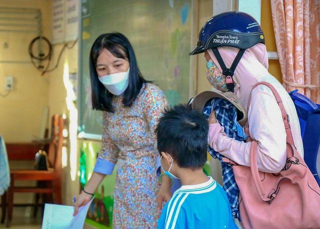 Học sinh ở vùng an toàn Thừa Thiên Huế trở lại trường học sau thời gian dài học online - Ảnh 10.