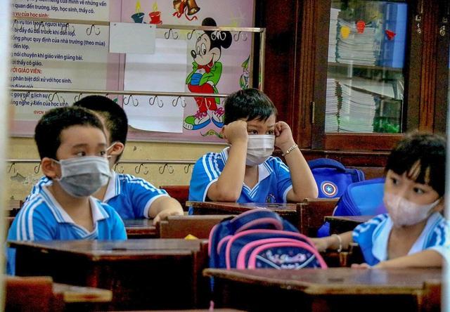 Học sinh ở vùng an toàn Thừa Thiên Huế trở lại trường học sau thời gian dài học online - Ảnh 11.