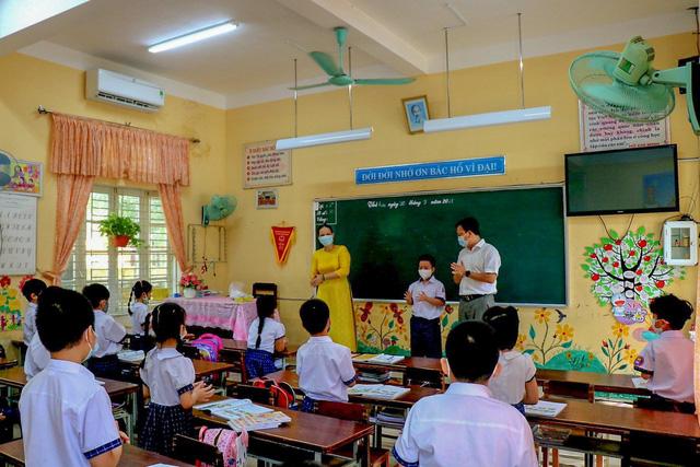 Học sinh ở vùng an toàn Thừa Thiên Huế trở lại trường học sau thời gian dài học online - Ảnh 12.