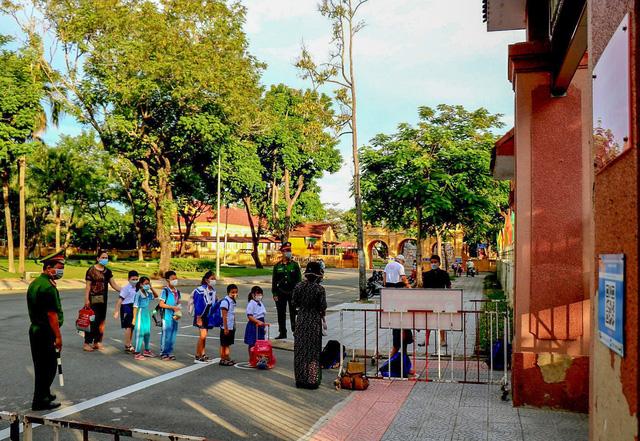 Học sinh ở vùng an toàn Thừa Thiên Huế trở lại trường học sau thời gian dài học online - Ảnh 3.