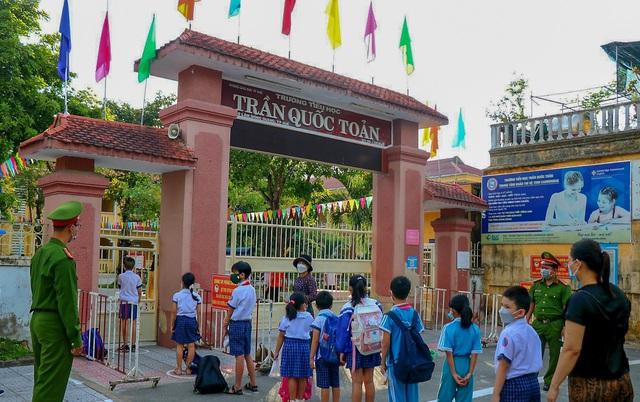 Học sinh ở vùng an toàn Thừa Thiên Huế trở lại trường học sau thời gian dài học online - Ảnh 2.