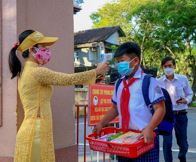 Học sinh ở vùng an toàn Thừa Thiên Huế trở lại trường học sau thời gian dài học online - Ảnh 6.