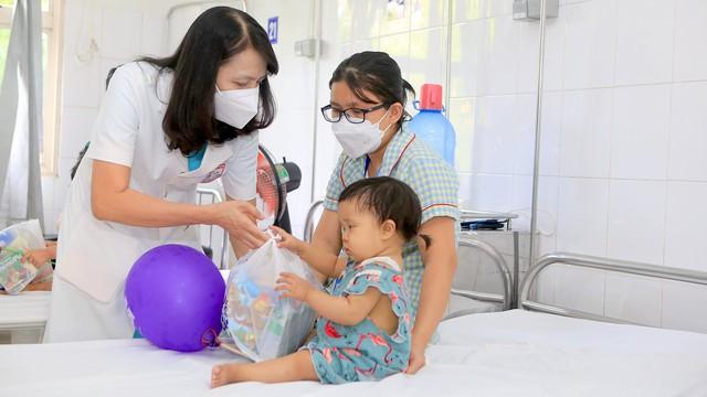 Mang Tết Trung thu đến với các bệnh nhi đang điều trị tại Bệnh viện Trung ương Huế - Ảnh 2.