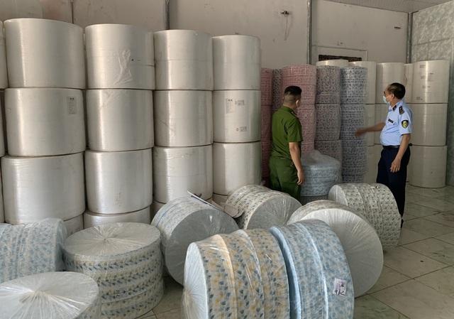 Xử phạt 49 triệu đồng và tịch thu 4 tấn vải không dệt nhập lậu dùng để may khẩu trang - Ảnh 1.