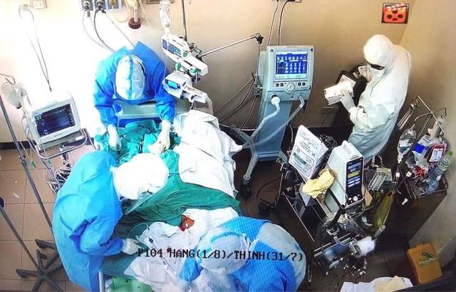 """Nghẹt thở hành trình """"giành giật sự sống"""", cứu 2 mẹ con sản phụ mắc COVID-19 - Ảnh 1."""