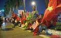 Cổng sân Mỹ Đình: Tiểu thương than ế vì không bán được cờ, dịch vụ trông giữ xe lại hốt bạc