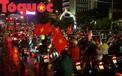 Người dân và du khách ở Đà Nẵng đội mưa mừng chiến thắng của đội tuyển Việt Nam