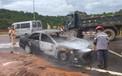 Clip: Xe 4 chỗ đột ngột bốc cháy, tài xế tung cửa thoát thân