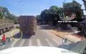 Clip: Tài xế xe tải đánh lái xuất thần, cứu sống 4 người ngã trước đầu xe