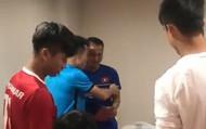 Văn Toàn làm leader dẫn đầu đoàn tuyển thủ mừng cưới tiền vệ Trọng Hoàng