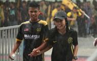 Các cặp đôi nắm tay, đội mưa tới sân Bukit Jalil tiếp lửa cho trận chung kết AFF Cup