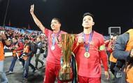 HLV Park Hang-Seo cùng các cầu thủ mang cúp vàng đi vòng quanh SVĐ Mỹ Đình cảm ơn người hâm mộ