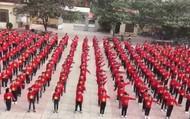 Học sinh tiểu học nhuộm đỏ sân trường tiếp lửa tuyển Việt Nam trong trận chung kết AFF Cup 2018