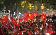 """CĐV Việt Nam hát vang bài hát """" Việt Nam ơi"""" mừng chiến thắng ở trận bán kết lượt đi AFF 2018"""