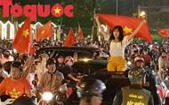 """Du khách và người dân phố biển Đà Nẵng """"náo loạn"""" đường phố mừng chiến thắng của đội tuyển Việt Nam"""
