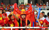 """Muôn kiểu dụng cụ """" tiếp lửa"""" của CĐV Việt Nam"""