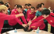 Clip ĐT Việt Nam chúc mừng sinh nhật Đức Huy bằng cách dí mặt vào bánh gato