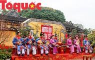 Du khách thích thú xem tái hiện không gian Tết xưa tại Hoàng cung Huế