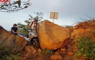 """Đất đá sạt lở chắn đường trên bán đảo Sơn Trà, du khách phải dùng """"chiêu độc"""" để đi qua"""