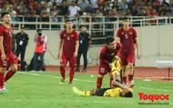"""""""Nhân viên y tế"""" Quang Hải 2 lần sơ cứu cho cầu thủ Malaysia"""