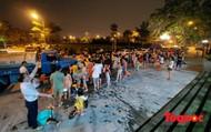 Cám cảnh giữa Thủ đô: Người dân xếp hàng nhận nước sạch trong đêm như thời bao cấp
