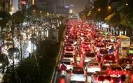 Mưa lớn, nhiều tuyến đường ở Hà Nội ùn tắc nghiêm trọng