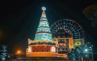 Mê mẩn với cây thông Giáng sinh khổng lồ làm từ 5000 chai nhựa tại Sun World Danang Wonders