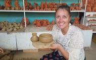Du khách nước ngoài hào hứng khi tự tay làm ra sản phẩm gốm ở Hội An