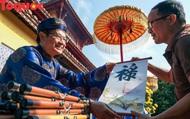 Du khách xin chữ đầu Xuân có dấu kim ấn tại Hoàng cung Huế