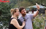 Du khách nước ngoài thích thú selfie tại Hải Vân Quan