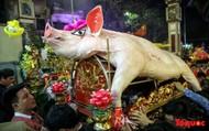 """Rước 17 """"ông lợn"""" trong đêm ở làng La Phù, Hà Nội"""