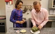 Clip: Đại sứ Anh trổ tài bóc bánh chưng bên mâm cỗ tất niên đón Tết Việt