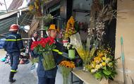 Cảnh sát giúp dân di chuyển cửa hàng hoa cạnh ngôi nhà bị sập