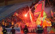 """""""Pháo sáng"""" và sự gieo rắc """"bóng tối"""" đến bóng đá Việt"""